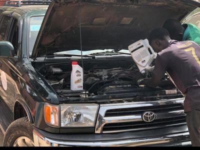 Auto klaarmaken voor rit naar Sare Wallom