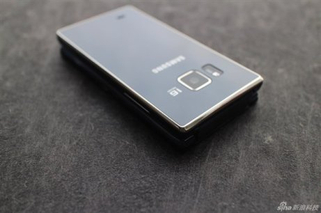 Samsung-SM-G9198-Android-clamshell-2