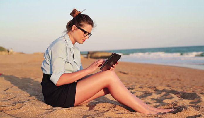 Tablet mulher praia