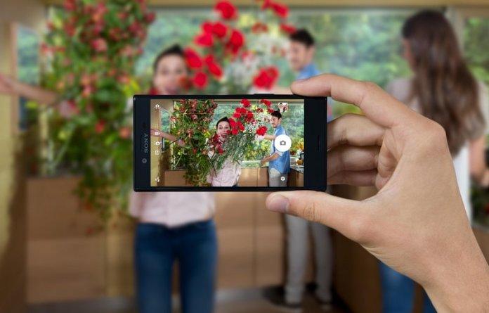 Sony-Xperia-X-Compact-Universe-Black-Lifestyle-1_LowRes-879ee581cbebe983102863d6b54edba8