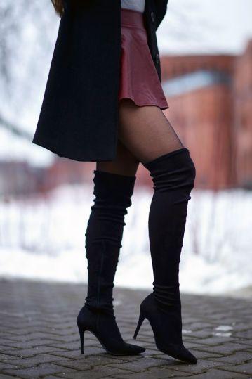 jak-nosi-czarne-dugie-zamszowe-kozaki-na-szpilce