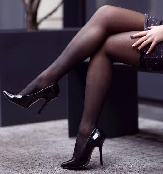 czarne ponczochy samonosne jak nosic
