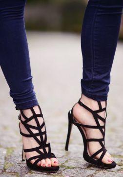 czarne sandaly czerwone paznokcie u stop