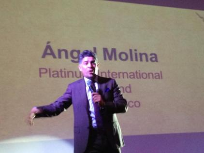 Pastor y Empresarrio Angel Molina en conferencia en Hotel Holiday