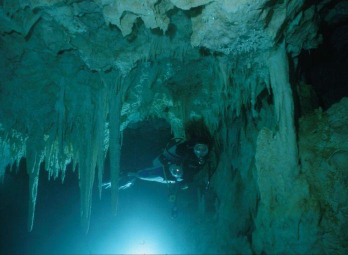 Tauchen in einer Höhle