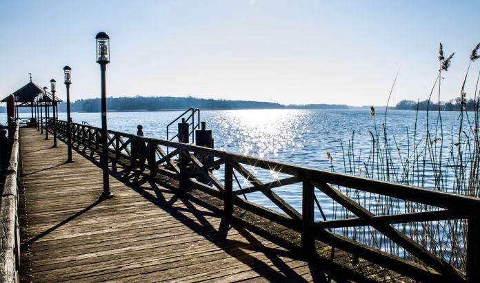 Glänzendes Wasser am Stechliner See