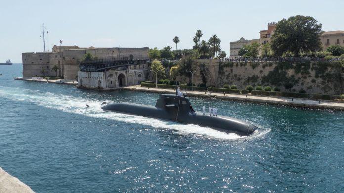 Unterseeboot schwimmt