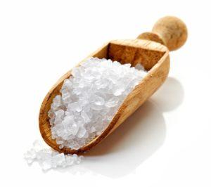 Holzschöpfer mit Salz