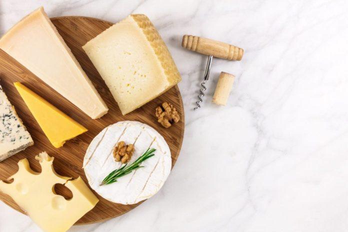 Platte mit verschiedenen Käsesorten