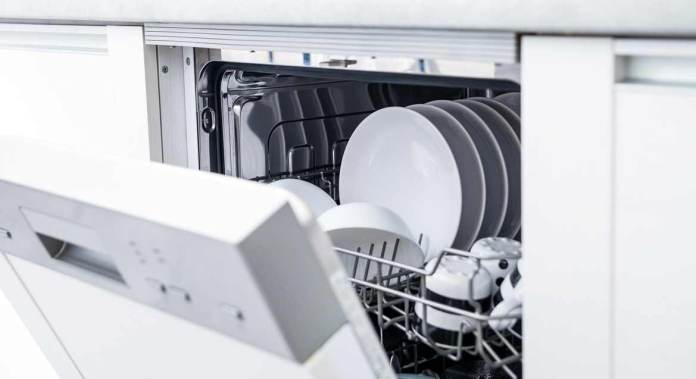 Geöffnete Spülmaschine
