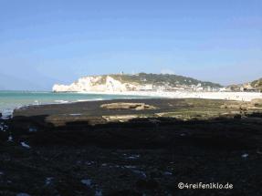 etretat-kreidefelsen-kriegsueberreste-strand-falaises d'amont