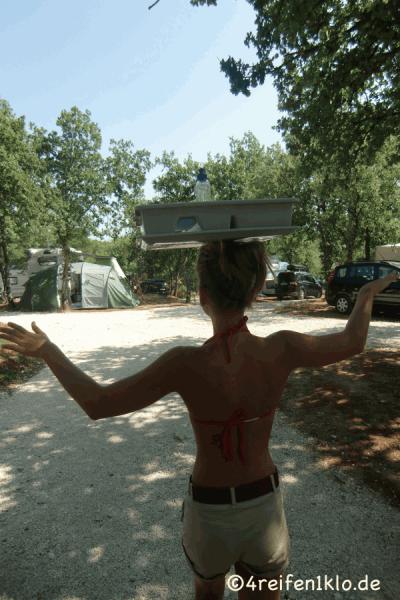kroatien-geschirr balancieren-kind sein
