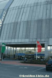 Der Eingang wirkt, zu der imposanten Werfthalle, winzig.
