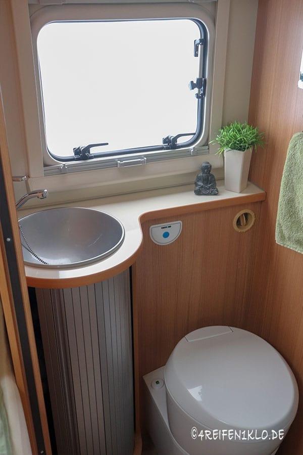 Bad mit Tretfort-Toilette und Waschbecken Ahorn Canada AE
