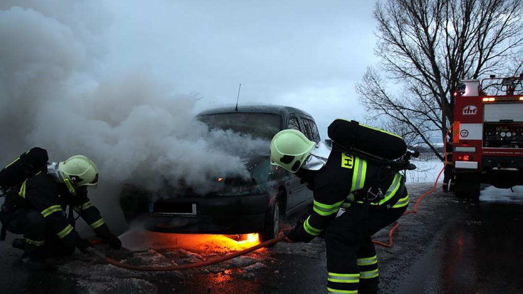 Feuerwehr und Kfz-Sachverständige nach einem Unfall
