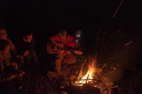 Veče u kampu uz vatru i gitaru