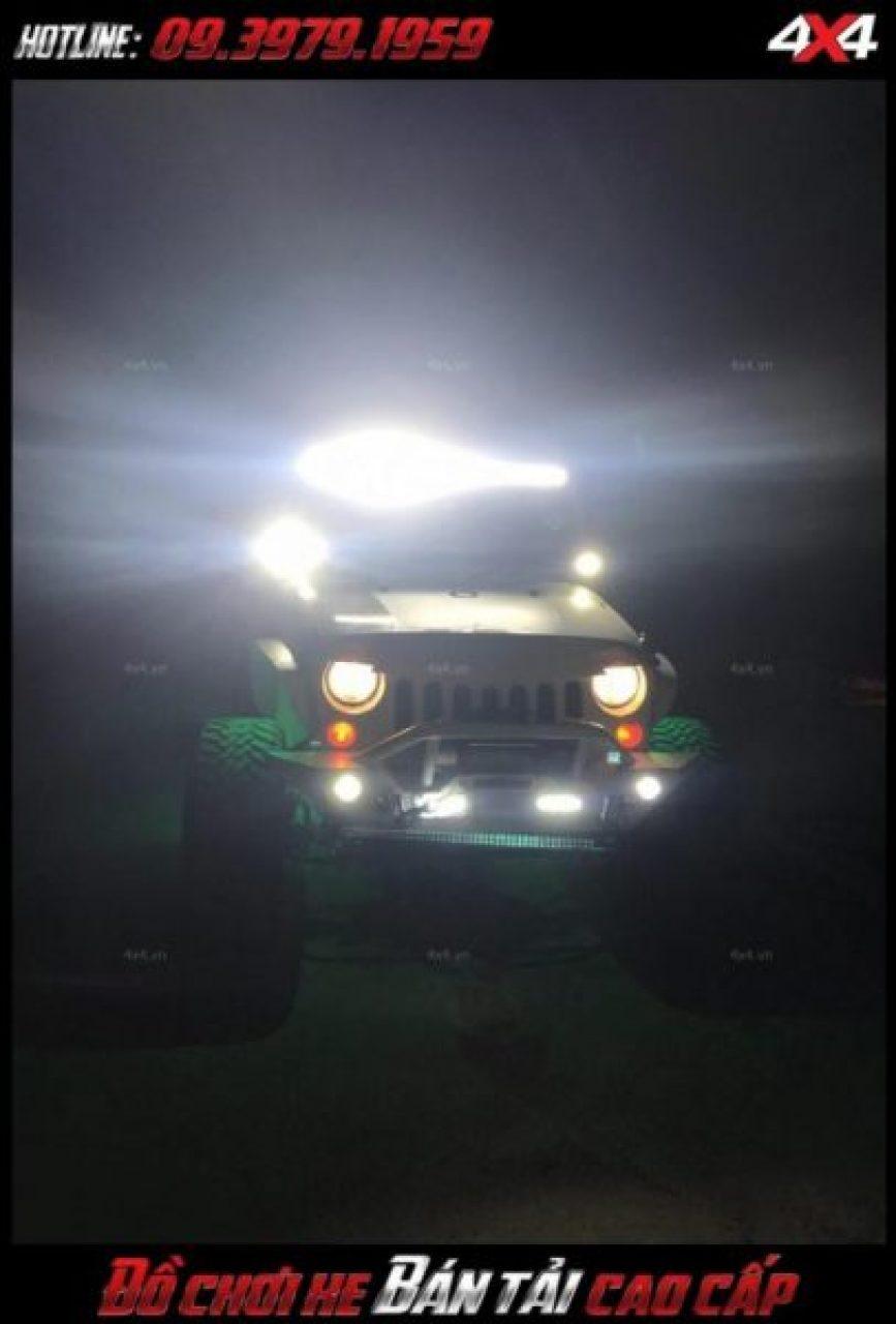 Bức ảnh led bar <strong>độ đèn Ford Ranger</strong>: Chiếc xe Ford Ranger được tô điểm thêm đèn led light bar giúp xe ngầu và hầm hố hơn khá nhiều