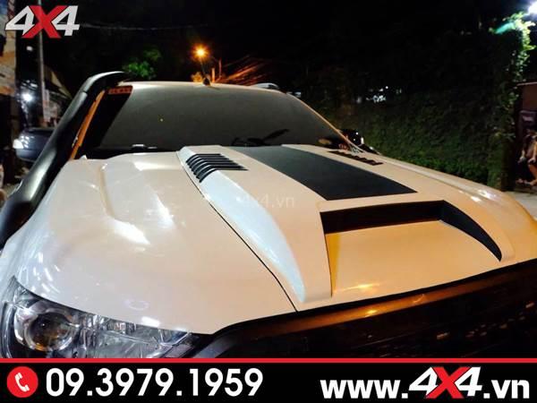 Đồ chơi Ford Ranger: Chiếc bán tải Ford Ranger màu trắng gắn ốp nắp capo đẹp cứng cáp và đẳng cấp
