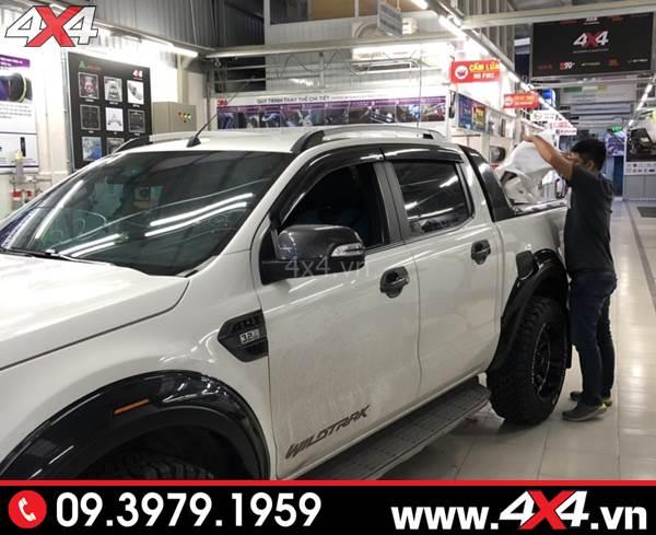 Đồ chơi xe Ford Ranger: Ốp vè che mưa màu đen độ đẹp, và ngầu cho xe bán tải Ford Ranger