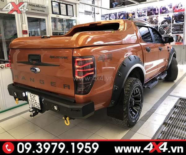 Chiếc Ford Ranger mau cam gắn ốp cua lốp Ranger loại có đinh lồi đẹp và cứng cáp