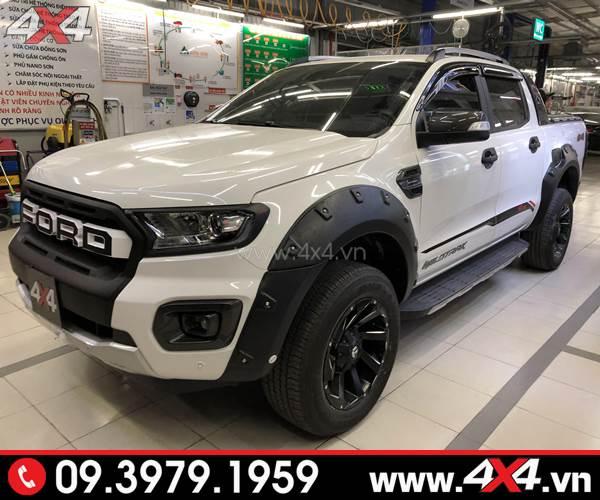 Chiếc bán tải Ford Ranger màu trắng gắn ốp viền bánh xe loại đinh lồi màu đen cực ngầu và hầm hố