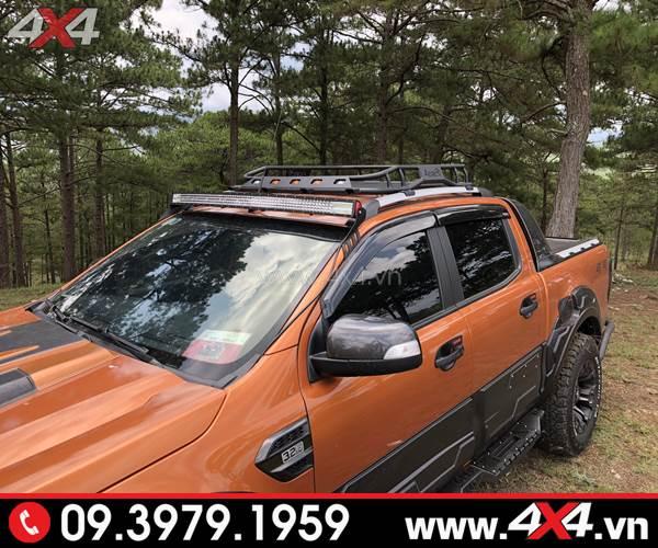 Chiếc bán tải Ford Ranger màu cam gắn ốp vè che mưa màu đen cực kì cứng cáp