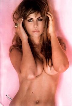 Amanda Rosa foto de frente fondo rosa