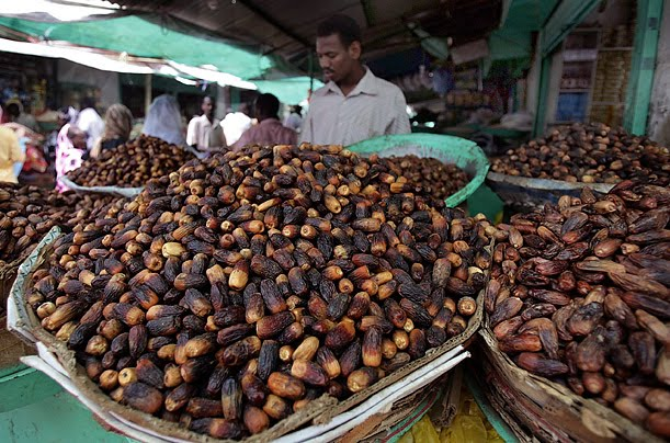 A date merchant in Sudan during the Ramadan (Source: qawlansaqeela.blogspot.com)