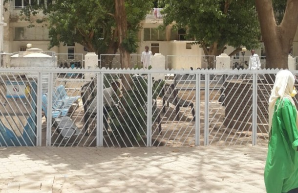 An outdoors waiting area for patients at Al Sha'ab Teaching Hospital, Khartoum. (Credits: 500 Words Magazine)