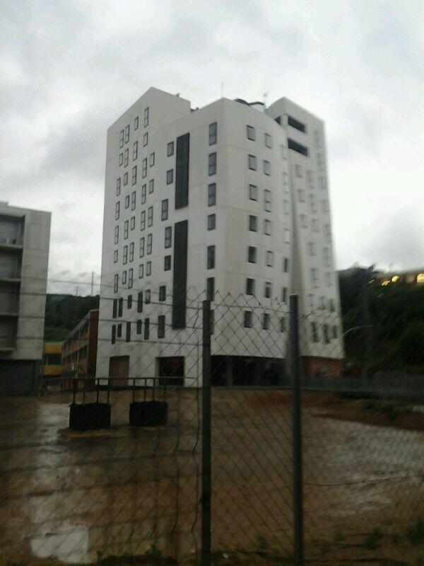#habitatgepertothom ocupa l'edifici de 32 pisos que Trias va comprar a Regesa