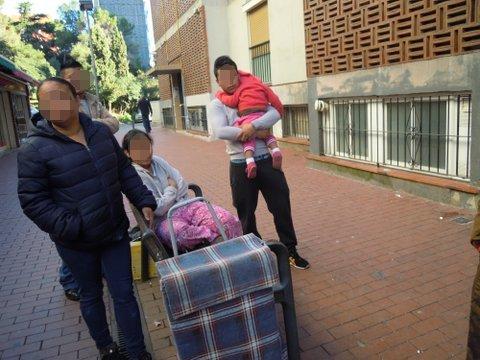 dos furgos anti-avalots desnonen una familia3