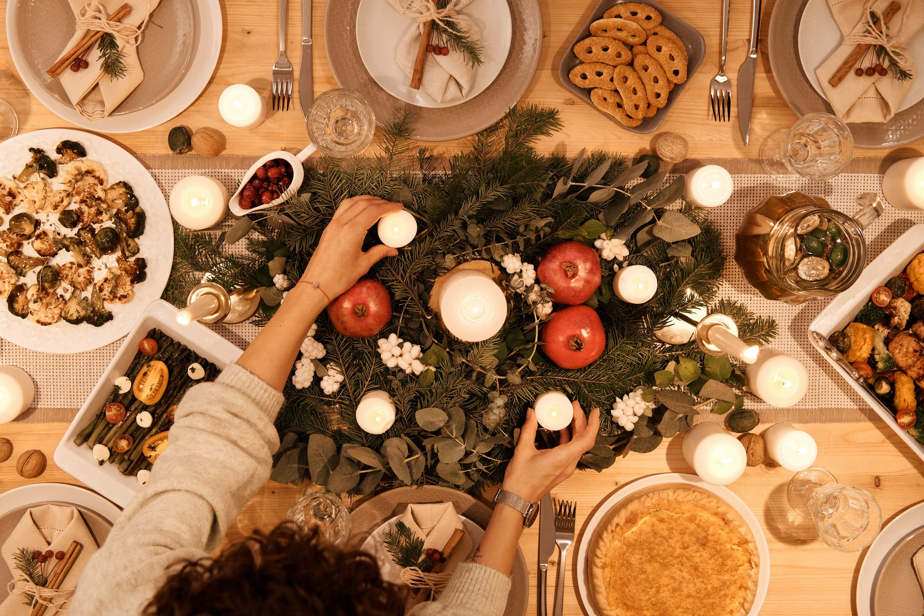 top view of table set up for christmas dinner tag de fin d'année 2020
