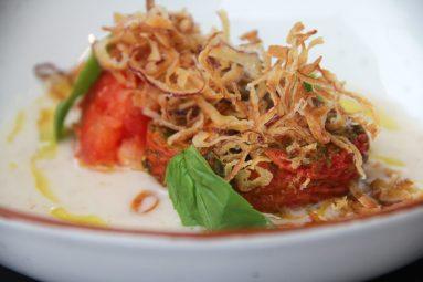 Halfgedroogde tomaat, brood, basilicum, rode ui