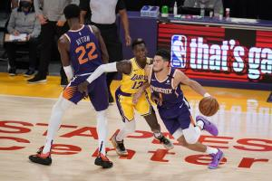 lakers celebrate playoff homecoming in 109-95 win over suns - 1000 2 300x200 - Lakers celebrate playoff homecoming in 109-95 win over Suns