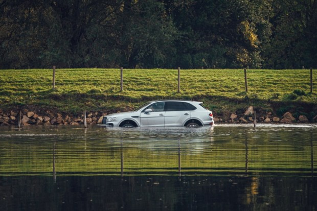 Bentley Bentayga V8 in water