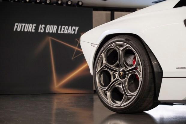 Countach LPI 800-4 wheel