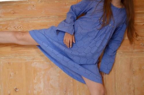 Une robe chic et facile à porter en broderie anglaise lavande