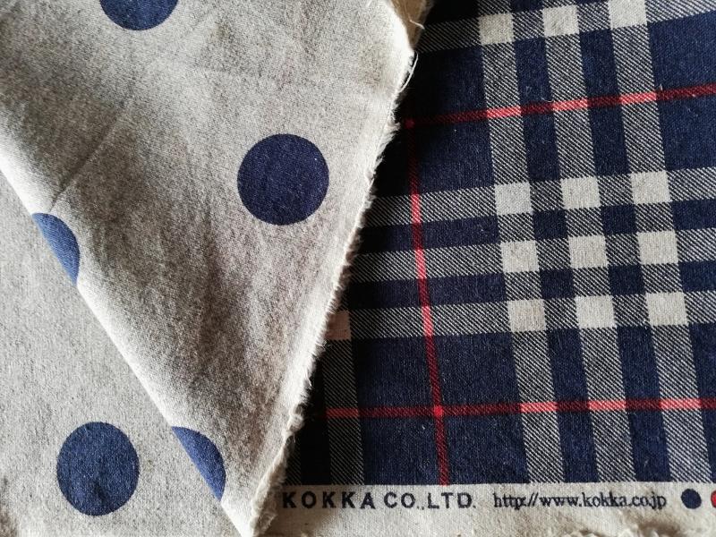 Le tissu Kokka reversible, un côté écossais et un côté à pois dans un coton assez épais