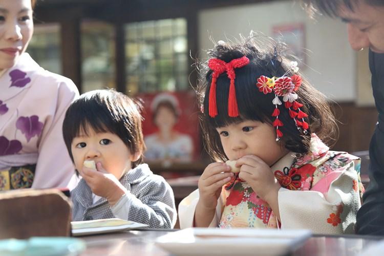 七五三深大寺おまんじゅうを食べる兄弟