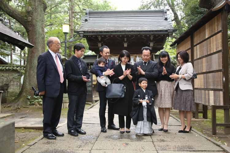5歳七五三神社で家族写真