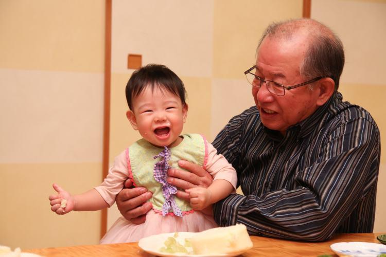 おじいちゃんと赤ちゃん自然な写真