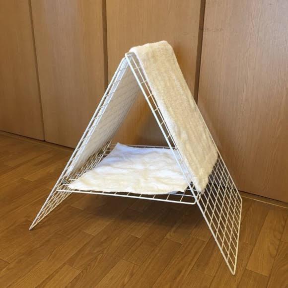 A型に組んだワイヤーネットにタオルを干した。