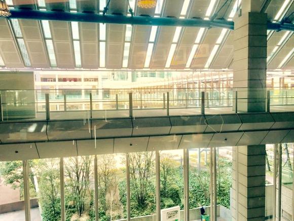 サンマルクカフェ品川インターシティ店の窓側カウンター席からの眺め