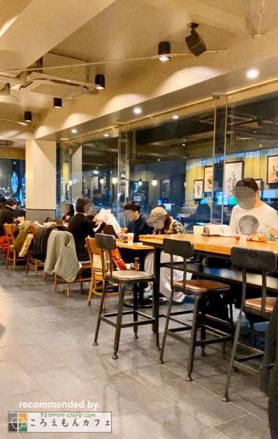 スターバックスコーヒー市ヶ谷駅前店内観。大テーブル席