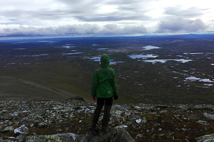 58 Grad Nord - Gipfelbesteigung mit Kind - Helgas - Unter uns die Wanderstrecke der letzten Tage.