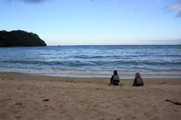 58GradNord Abel Tasman Mit Kindern wandern Bark Bay am Abend