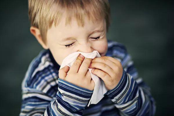 秋季溫差大寶貝噴嚏不停,究竟是感冒還是鼻炎?