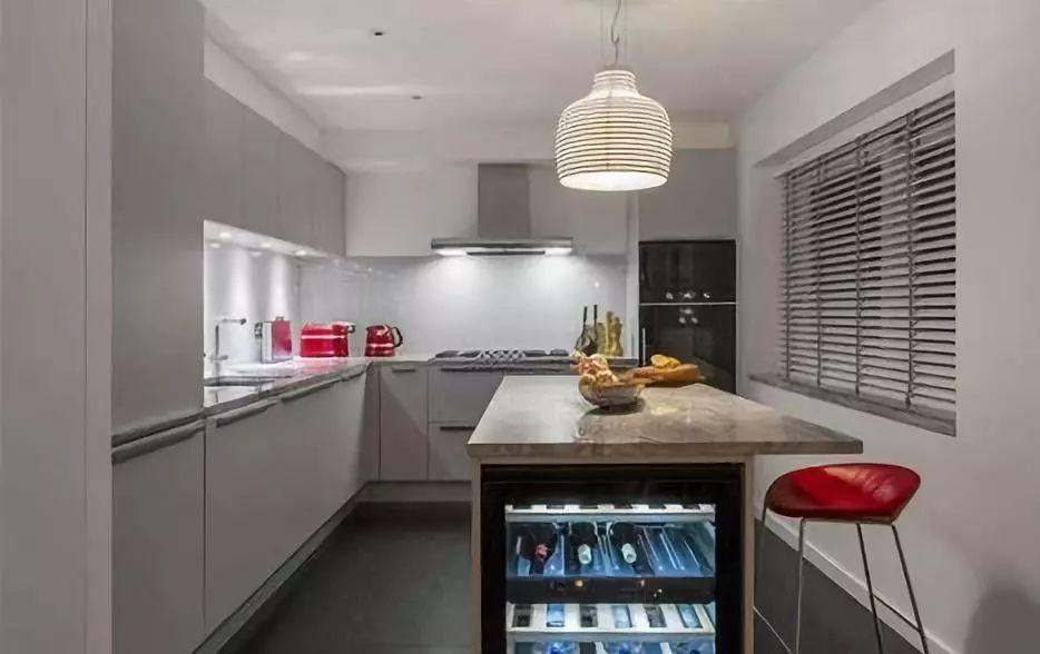 best kitchen lighting package deals 厨房照明该注意什么 厨房是一个复杂的地方 不仅有水 还会经常与油光打交道 因此 选择的灯具也要有防油污性 以免长时间做饭产生的油烟沾染在灯上 影响到照明效果 最好对灯进行定期的