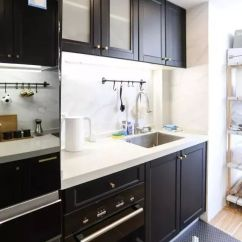 Black Kitchen Rugs Kohler Brass Faucet 拒绝土味装修 这套89 北欧小三房堪称教科书级 黑色厨房做成了 二字型 一边用于洗菜 切菜 另一边用来烹饪 摆盘和放置小电器 此外 厨房还搭配了黑板漆 黑色镜面冰箱和黑色地毯 看上去又酷又实用
