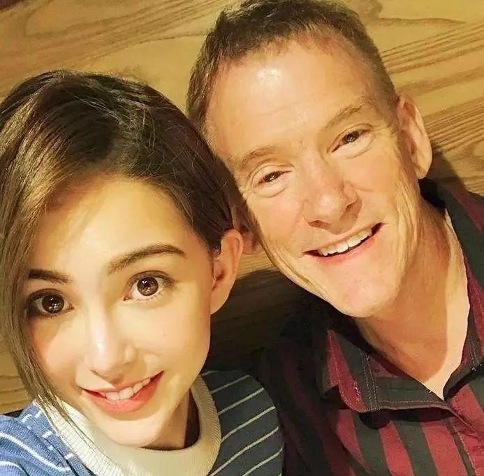 昆凌為爸爸慶生父女倆大玩自拍,網友:終于知道她為何這么美了_父親